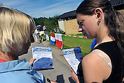 Nederland, Maasbree, 20-8-2011Informatiemarkt voor Poolse arbeidskrachten die wonen bij het recreatiepark breebronne. Nederlandse verenigingen en instellingen informeerden belangstellenden over lidmaatschap en cursussen. Er waren tafeltjes van de bibliotheek, een cursus nederlands, een handbalvereniging, de fanfare, een busbedrijf dat dagtochten organiseerd en een sportcentrum. De belangstelling viel wat tegen, mede omdat veel Polen tot 15.00 uur moesten werken, en er om 16.00 uur afgebroken werd.. Toch wil men het vaker doen.Foto: Flip Franssen/Hollandse Hoogte