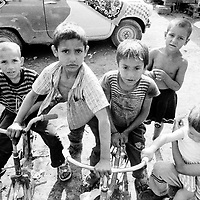 Roma children in a makeshift camp in Kraljevo. ..Romas children do not receive the same attention as the other IDPs children: they do not go to school and they do not receive any assistance as far as health is concerned. Because the families did not have documents, they could not be registered officially as IDPs...During the summer1999, over 245,000 Serbs and Roms fled to Serbia and Montenegro from or within Kosovo in fear of reprisals from the majority Albanian population, after NATO air strikes had forced the withdrawal of Yugoslav. In 2003, less than 2% of them had returned and a large number of these internally displaced persons (IDPs) were still living in camps in very difficult conditions..In addition, around 5,000 IDPs, mainly of Roma ethnicity, are living in unrecognized collective centres, makeshift huts, corrugated metal containers and other substandard shelters. .This work was meant to look at how the life of children and young adults is affected by the fact that they are IDPs. I asked myself more specifically what would be different for these children/young adults from the 'normal' people of their age as far as education, health, social life, family, 'love' life and leisure are concerned. ..Enfants roms dans un camp improvisé de Kraljevo. .Les enfants roms ne vont pas à l'école et ne reçoivent aucune assistance médicale. Faute de papiers d'identité, ils n'ont pu être officiellement enregistrés en tant qu'IDP...Pendant l'été 1999, plus de 245 000 serbes et roms ont fuit le Kosovo pour chercher refuge en Serbie ou au Montenegro, par peur de représailles de la part de la majorité de la population albanaise après que les forces de l'OTAN aient forcé l'armée yougoslave à se retirer. En 2003, moins de 2% d'entre eux étaient rentrés chez eux et le plus grand nombre de ces 'déplacés' (IDPs) vivaient encore dans des centres d'accueil dans des conditions très difficiles..Environ 5 000 IDPs, la plupart romas, vivent dans des centres non reconnus faits de containers