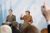 10 JAN 2007, BERLIN/GERMANY:<br /> Franz Muentefering (L), SPD, Bundesarbeitsminister, und Angela Merkel (R), CDU, Bundeskanzlerin, waehrend einer Pressekonferenz zu den Ergebnissen der vorangegangenen Kabinettsitzung, Bundeskanzleramt<br /> IMAGE: 20070110-01-024<br /> KEYWORDS: Franz Müntefering