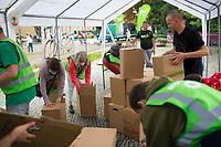 Teltow, 10.09.2021: Grünen-Unterstützer helfen beim Aufbau von Sitzmöbeln aus Pappe vor Beginn einer Wahlkampfveranstaltung von BÜNDNIS 90/DIE GRÜNEN mit der Grünen-Kanzlerkandidatin Annalena Baerbock.