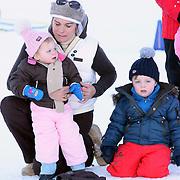 AUT/Lech/20080210 - Fotosessie Nederlandse Koninklijke familie in lech Oostenrijk, prinses Laurentien met kinderen Eloise, Claus-Casimier