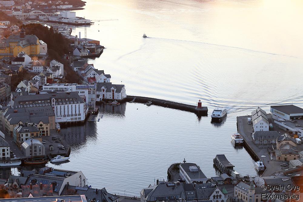 ÅLESUND 20130224. <br /> Hurtigbåten kjører inn Brosundet i Ålesund.<br /> Foto: Svein Ove Ekornesvåg