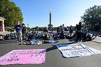 07 OCT 2019, BERLIN/GERMANY:<br /> Extinction Rebellion (XR), eine globale Umweltbewegung protestiert mit der Blockade von Verkehrsknotenpunkten fuer eine Kehrtwende in der Klimapolitik, Grosser Stern, Siegessäule<br /> IMAGE: 20191007-01-004<br /> KEYWORDS: Demonstration, Demo, Demonstraten, Klima, Klimawandel, climate change, protest, Klimakrise