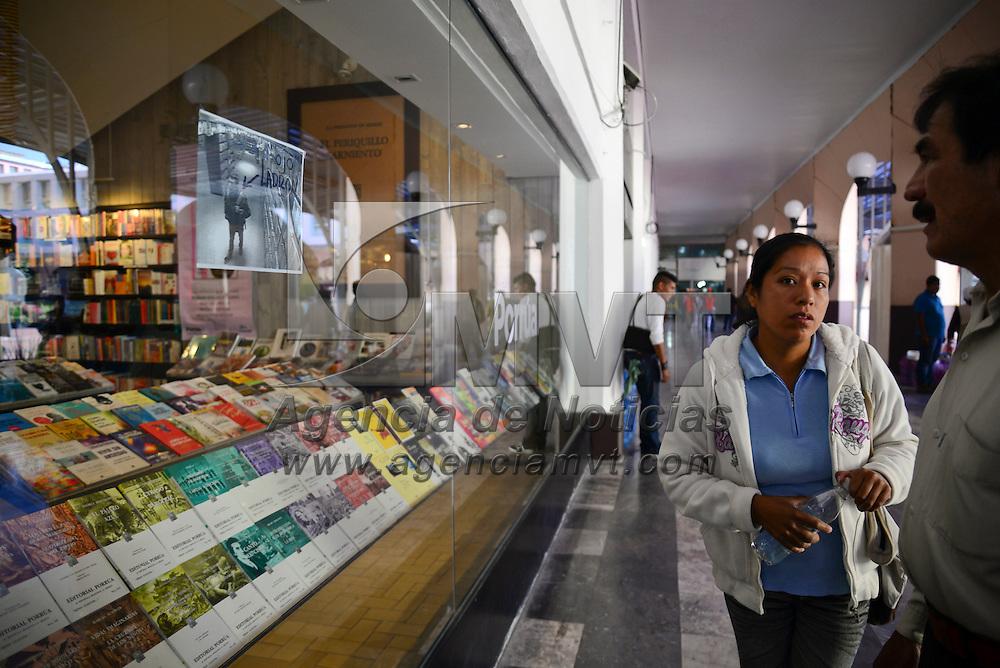 Toluca, Méx.- La librería Porrua instalada en los Portales de Toluca coloco en sus ventanas fotografías de presuntos ladrones que han entrado al local a delinquir, para que la sociedad los denuncie si los reconoce. Agencia MVT / Crisanta Espinosa