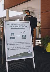 THEMENBILD - am Eingang des TrassXPress wird auf das Tragen des Mund-Nasen-Schutz hingewiesen. Die Schmittenhöhe ist im Sommer ein beliebtes Ausflugsziel für Urlauber und Bergliebhaber, aufgenommen am 30. Juli 2020, Zell am See, Österreich // at the entrance of the TrassXPress you will be advised to wear the mouth and nose protector. The Schmittenhöhe is a popular excursion destination in summer for holidaymakers and mountain lovers on 2020/07/30, Zell am See, Austria. EXPA Pictures © 2020, PhotoCredit: EXPA/ Stefanie Oberhauser