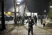 Nederland, the Netherlands, Nijmegen, 31-10-2015Kamp, tentenkamp Heumensoord, de tijdelijke noodopvang, azc, van het COA. Plaats voor 3000 asielzoekers. In de avond zijn nog veel mensen buiten, wandelen in het donker, nacht, vervelen, verveling, afleiding, woonomstandigheden, verblijfsomstandigheden, slaapvetrekken, slaapverblijvenFOTO: FLIP FRANSSEN