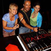Eerste repetitiedag musical Passion, aansnijden taart door Vera Mann, Stanley Burleson en Pia Douwes