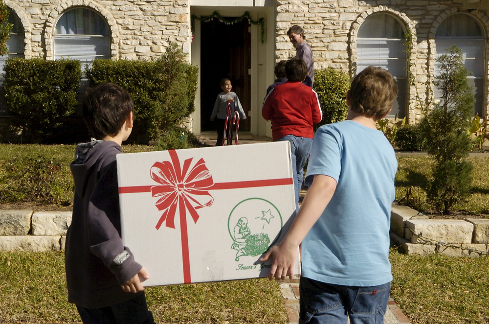 Austin, TX 18DEC04: Fifth grade boys make holiday toy and food deliveries to low-income families in central Texas as part of the Blue Santa holiday charity drive, sponsored by the Austin Police Dept. <br /> ©Bob Daemmrich  /