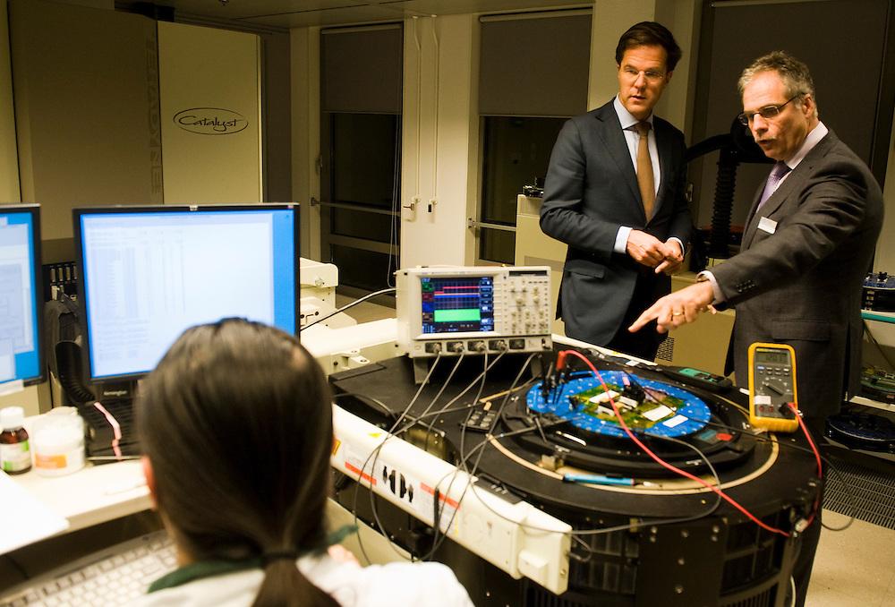 Nederland, s Hertogenbosch, 24 nov 2010.Eerste werkbezoek van de nieuwe minister president Mark Rutte..Op bezoek bij Sitel, een bedrijf dat chips ontwerpt.  Hier bij een testopstelling voor chips...Foto (c)  Michiel Wijnbergh