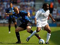 Fotball<br /> Treningskamper England<br /> 01.08.2004<br /> Foto: SBI/Digitalsport<br /> NORWAY ONLY<br /> <br /> Bolton Wanderers v Inter Milan<br /> <br /> Inter Milan's Esteban Cambiasso (L) battles for possession with Bolton's Jay Jay Okocha