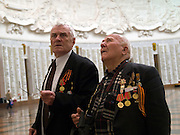 Der 85 jährige ukrainische 2. Weltkriegs Veteran Ivan Dmitrievich Dunayev (rechts) mit einem befreundeten Vetranen in der Ruhmeshalle im Museum des Großen Vaterländischen Krieges in Moskau auf der Suche nach den Namen Ihrer im 2. Weltkrieg gefallenen Kameraden. Dunayev erreichte Berlin kurz vor der deutschen Kapitulation am 2. Mai 1945. Die beiden Veteranen sind zur Siegesparade (9.Mai 2008) nach Moskau angereist.<br /> <br /> The 85 years old Ukrainian WW II veteran Ivan Dmitrievich Dunayev (rechts) with a friend looking for the names of their comrades fallen during the second World War at the pantheon in the Museum of the Great Patriotic War in Moscow. Dunayev arrived at the 2nd of May 1945 to Berlin - a few days before Germany surrendered. Both WW II veterans travelled for the Victory Parade (09.05.2008) to Moscow.