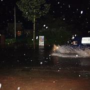 Wateroverlast Ceintuurbaan Huizen, wegen ondergelopen, regen, wagen, Jan Bout