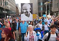 """DEU, Deutschland, Germany, Berlin, 29.08.2020: Eine Frau mit einem Bild von Mahatma Gandhi bei der Demonstration von Gegnern der Corona-Maßnahmen. Kaum jemand hielt sich an die Auflagen, Mund-Nase-Bedeckung trug fast niemand, Abstandsregeln wurden nicht eingehalten. Die Initiative """"Querdenken"""" hatte zu den Protesten gegen die Corona-Maßnahmen der Regierung aufgerufen."""
