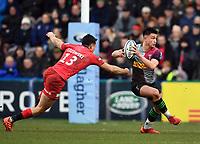 Rugby Union - 2019 / 2020 Gallagher Premiership - Harlequins vs. Saracens<br /> <br /> Harlequins' Marcus Smith evades the tackle of Saracens' Alex Lozowski, at The Stoop.<br /> <br /> COLORSPORT/ASHLEY WESTERN