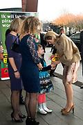 Koningin Maxima bij relatie evenement Villa Joep, het fonds tegen neuroblastoom kinderkanker in het Stedelijk Museum te Amsterdam<br /> <br /> Queen Maxima at Villa Joep event, the fund against childhood neuroblastoma in the Stedelijk Museum in Amsterdam.<br /> <br /> Op de foto / On the photo:  Koningin Maxima komt aan en krijgt een bloemetje van Puck de Vries. Meisje van 10, strijdt sinds mei 2011 tegen neuroblastoom<br /> <br /> Queen Maxima arrives and gets a flower from Puck de Vries. Girl 10 fights since May 2011 against neuroblastoma