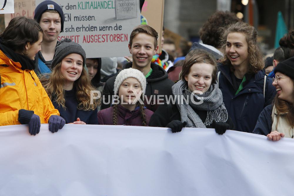 Die schwedische Schülerin und Klimaaktivistin Greta Thunberg (mit heller Strickmütze) besucht die Demonstration der Fridays for Future-Bewegung in Hamburg.<br /> <br /> Ort: Hamburg<br /> Copyright: Karin Behr<br /> Quelle: PubliXviewinG