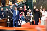 De koninklijke familie is in Zwolle voor de viering van Koningsdag. /// The royal family is in Zwolle for the celebration of King's Day.<br /> <br /> Op de foto / On the photo:  Koning Willem-Alexander en Koningin Maxima met hun dochters Amalia, Alexia en Ariane op de boot / <br /> King Willem-Alexander and Queen Maxima with their daughters Amalia, Alexia and Ariane on the boat