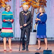 NLD/Amsterdam/20181126 - Maxima reikt Pr. Bernhard Cultuurfondsprijs uit, Reinbert de Leeuw krijgt uit handen van Koningin Maxima de ketting