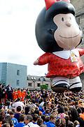 Zijne Majesteit Koning Willem Alexander en Hare Majesteit Koningin Máxima bezoeken de provincie Limburg <br /> <br /> His Majesty King Willem Alexander and Máxima Her Majesty Queen visits the province of Limburg<br /> <br /> Op de foto / On the photo:  Aankomst van de Koning en Koningin op het Pancratiusplein in Heerlen. Op het Pancratiusplein vindt er een doorlopend cultureel programma plaats. Op de foto een figuur bekend in Argentinie en uit de jeugd van Maxima /// Arrival of the King and Queen on the Pancratiusplein in Heerlen. On the Pancratiusplein find an ongoing cultural program instead. In the picture a figure known in Argentina and the youth of Maxima