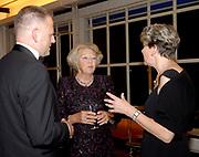 Koningin Beatrix woont de opening bij van de 25ste editie van het Holland Festival Oude Muziek in de Stadsschouburg van Utrecht.<br /> <br /> Op de foto: Koning Beatrix ontmoet in de Foyer van de Stadsschouburg o.a. de dirigent en decorbouwer.