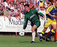 Stuart Jones - Torquay. Kidderminater Harriers v Torquay United. League Division Three, 12/8/00. Credit Colorsport / Nick Kidd.