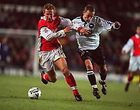 Fotball<br /> Norske spillere i England<br /> Foto: Colorsport/Digitalsport<br /> NORWAY ONLY<br /> <br /> Ray Parlour (Arsenal) Lars Bohinen (Derby). Derby County v Arsenal, 05/12/1998. Football 1998/9.