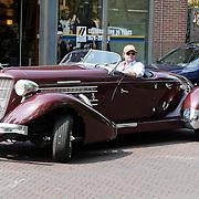 NLD/Laren/20080503 - Chris Luken in zijn Supercharger auto gaat boodschappen doen in Laren NH