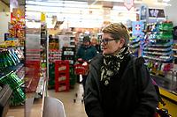 Bialystok, 18.03.2020. N/z strefa bezpieczenstwa w sklepie spozywczym. Klientow od sprzedawcy oddziela tafla z pleksi a na podlodze tasma wyznaczono odleglosc 1,5 m odstepu pomiedzy klientami fot Michal Kosc / AGENCJA WSCHOD
