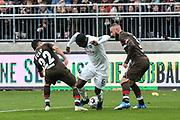 Fussball: 2. Bundesliga, FC St. Pauli - Holstein Kiel, Hamburg, 28.10.2018<br /> David Kinsombi (Kiel, m.) - Cenk Sahin (l.) und Marvin Knoll (beide Pauli)<br /> © Torsten Helmke
