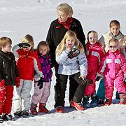AUD/Lech/20110219 - Fotosessie Nederlandse Koninklijke Familie 2011 op wintersport in Lech, kleinkiinderen Amalia,  Alexia, Ariane, Beatrix, Luana, Zaria en Eloise, Claus-Casimier, Leonore