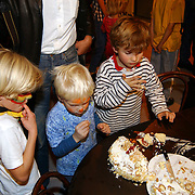 DVD presentatie Film van Ome Willem, kinderen eten van de taart