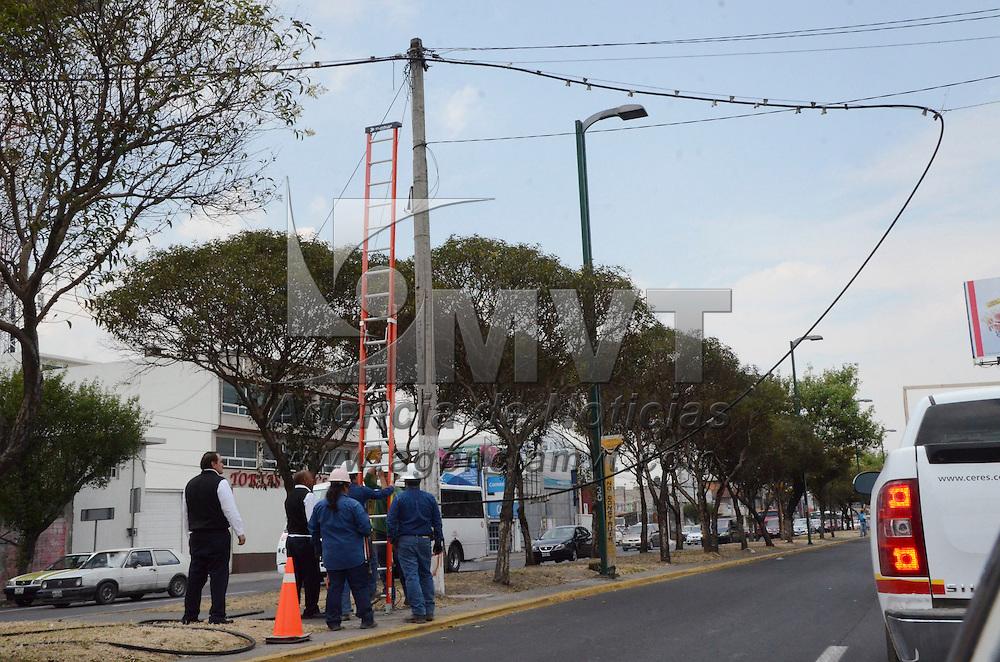 Toluca, México (Abril 18, 2016).- Trabajadores de la Comisión Federal de Energía (CFE), retiraron un cable de luz que estaba obstruyendo el paso de los  vehículos de la Avenida Alfredo del Mazo, ya que tenia corriente eléctrica.  Agencia MVT / José Hernández.
