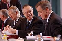15 JAN 2003, BERLIN/GERMANY:<br /> Hans Eichel (M), SPD, Bundesfinanzminister, und Wolfgang Clement, SPD, Bundeswirtschaftsminister,  im Gespraech, am Kabinettstisch, vor Beginn der Kabinettsitzung, Bundeskanzleramt<br /> IMAGE: 20030115-01-009<br /> KEYWORDS: Kabinett, Sitzung, Gespräch