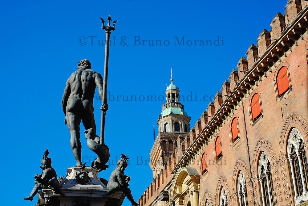 Italie, Emilie-Romagne, Bologne, vue de la Piazza Maggiore, Fontana del Nettuno // Italy, Emilia-Romagna, Bologna, View of Piazza Maggiore, Fontana del Nettuno