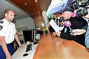 Nederland, Nijmegen, 5-4-2014Demonstratie ter ondersteuning van Geert Wilders en ter veroordeling van de aangifte van burgemeester Bruls, de Nijmeegse wethouders namens de Nijmeegse gemeenteraad. Organisator Angelo van den Bos doet aangifte op het politiebureau tegen de burgemeester wegens machtsmisbruik.Foto: Flip Franssen
