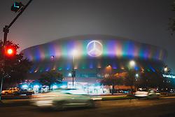 """Die New Orleans Pelicans sind eine Mannschaft der Basketball-Profiliga NBA. Die Heimstätte ist das Smoothie King Center in New Orleans, Louisiana. Bis 1979 spielte bereits das NBA-Team New Orleans Jazz (heute: Utah Jazz) in New Orleans. Die Pelicans wurden 1988 unter dem Namen """"Charlotte Hornets"""" in Charlotte, North Carolina gegründet. Nach der Saison 2001/02 zog das Franchise nach New Orleans um und nannte sich """"New Orleans Hornets"""". Seitdem spielen sie in der Southwest Division der Western Conference. Durch die von Hurrikan Katrina verursachte Überflutung von New Orleans waren die """"Hornets"""" gezwungen, in der Saison 2005/06 in eine andere Stadt auszuweichen. 35 Heimspiele sowie der Trainingsbetrieb fanden daher in Oklahoma City statt. Der offizielle Name des Teams in dieser und der darauffolgenden Saison lautete """"New Orleans/Oklahoma City Hornets"""". Zu Beginn der Saison 2007/08 kehrte das Team nach New Orleans zurück, wo es wieder alle 41 Heimspiele in der New Orleans Arena austrug. Das 57. NBA All-Star Game fand am 17. Februar 2008 ebenfalls in New Orleans statt. Im April 2013 vollzog das Management einen Namenswechsel zu """"Pelicans"""" (deutsch: Pelikane), da sich die Fangemeinde mit dem aus Charlotte mitgebrachten Namen """"Hornets"""" (deutsch: Hornissen) nicht identifizieren konnte. Nach Aussagen der Teamführung passt ein Pelikan besser zur Stadt, da er in der Küstenregion heimisch und das Wappentier des Bundesstaates Louisiana ist. Nachdem der Name Hornets daraufhin wieder frei war, strebte nun ihrerseits die 2004 gegründete Franchise Charlotte Bobcats einen Namenswechsel an. Ab der Saison 2014/15 traten diese nun wieder unter dem Namen Charlotte Hornets an. Im Zuge des Namenwechsels einigten sich die Pelicans und Hornets darauf, die Geschichte der ursprünglichen Hornets von 1988 bis 2002 auf die neuen Hornets zu übertragen. Dies beinhaltet alle Erfolge und Statistiken. Die Pelicans behielten die Geschichte, die im Zeitraum von 2002 bis"""