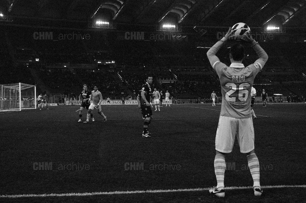 Ștefan Radu batte il fallo laterale durante la partita di campionato Lazio vs Napoli. Stadio Olimpico. 9 febbraio 2013. Christian Mantuano / Oneshot