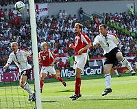 Fotball, 17. juni 2004, EM, Euro 2004, Sveits- England, Der Englaender Wayne Rooney schiesst das Tor zum 1:0 der Schweizer Patrick Mueller kommt zu spaet hinten Paul Scholes und Christoph Spycher <br /> Foto: Digitalsport