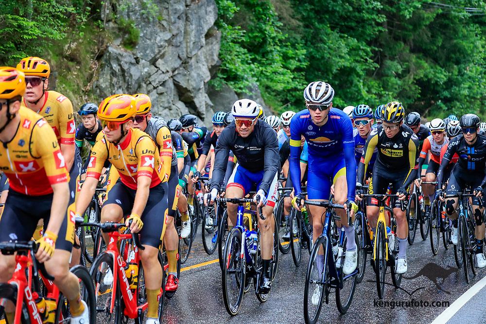 Fra herrenes elite start under NM på sykkel 2021 i Kristiansand. Her passerer hovedfeltet med Edvald Boasson Hagen i midten toppen av bakken i Vennesla.
