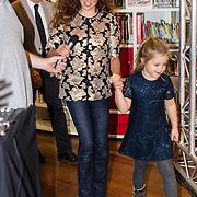 NLD/Amstedam/20161114 Perspresentatie Sinterklaasboeken 2016, Katja Schuurman en dochter Sammy