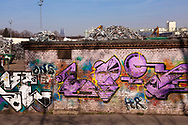 Europa, Deutschland, Nordrhein-Westfalen, Koeln, Schrottplatz mit Altmetall im Stadtteil Deutz, im Hintergrund der Dom, Mauer mit Graffitis.<br /><br />Europe, Germany, North Rhine-Westphalia, Cologne, scrap yard with old metal in the district Deutz, in the background the cathedral, wall with graffiti.