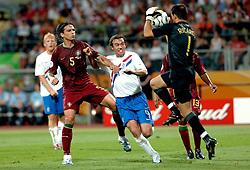 25-06-2006 VOETBAL: FIFA WORLD CUP: NEDERLAND - PORTUGAL: NURNBERG<br /> Oranje verliest in een beladen duel met 1-0 van Portugal en is uitgeschakeld / MATHIJSEN Joris in duel met FERNANDO MEIRA<br /> ©2006-WWW.FOTOHOOGENDOORN.NL