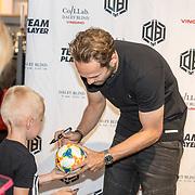 NLD/Haarlem/20190825 - Kledingpresentatie Daley Blind, Daley Blind signeert een bal