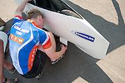 Jan van Steeg neemt de schade aan zijn Cygnus op na zijn val tijdens de 24-uurspoging. Hij gaat nu voor andere records. In Schipkau worden recordpogingen gedaan met ligfietsen. Er wordt zowel een poging gedaan het uurrecord te breken als het 6-uur2, 12-uurs en 24 uurrecord.<br /> <br /> Jan van Steeg is checking the damages on his Cygnus bike after his fall. In Schipkau records attempt cycling are taking place. The riders will try to set a new hour, 6-hours, 12-hours and 24-hours record.