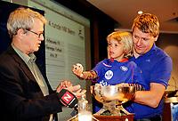 Fotball<br /> NM Norgesmesterskapet Cup<br /> Ullevål Stadion<br /> 19.06.09<br /> Pål Breen og Sofie trekker Mjøndalen som motstander til Vålerenga , Sondre Kåfjord <br /> Foto: Eirik Førde