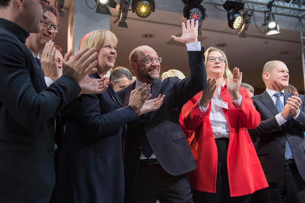 29 JAN 2016, BERLIN/GERMANY:<br /> Hannelore Kraft (Mi-L), SPD, Ministerpraesidentin Nordhein-Westfalen, und Martin Schulz (M), SPD, Kanzlerkandidat, nach der Vorstellungsrede von Schulz, Vorstellung von Schulz als Kanzlerkandidat der SPD zur Bundestagswahl, nach der Nominierung durch den SPD-Parteivorstand, Willy-Brandt-Haus<br /> IMAGE: 20170129-01-070<br /> KEYWORDS: Applaus, applaudieren, klatschen