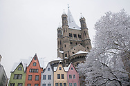 church Gross St. Martin and houses at the Fischmarket during snowfall, Cologne, Germany.<br /> <br /> die Kirche Gross St. Martin und Haeuser am Fischmarkt bei Schneefall, Koeln, Deutschland.
