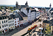 Duitsland, Trier, 21-10-2018 Stad in de Eifel met rijke romeinse geschiedenis. Centrum van de stad met kerk vanuit de porta nigra. bezienswaardigheid,attractie,trekpleister,monument,landmark .Foto: Flip Franssen