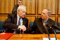 25.01.1999, Deutschland/Bonn:<br /> Edmund Stoiber, CSU Vorsitzender, und Wolfgang Schäuble, CDU Bundesvorsitzender, während der Pressekonferenz zum Ergebnis der gemeinsamen Strategiesitzung der Präsidien von CDU und CSU, Bundes-Pressekonferenz, Bonn<br /> IMAGE: 19990125-01/03-36<br /> KEYWORDS: Wolfgang Schaeuble
