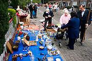 Rommelmarkt in de Boomgaardlaan tijdens het buurtfeest 'Vredig Ondiep' in de Utrechtse volkswijk Ondiep<br /> <br /> Garage selling at the street party in the neighbourhood Ondiep